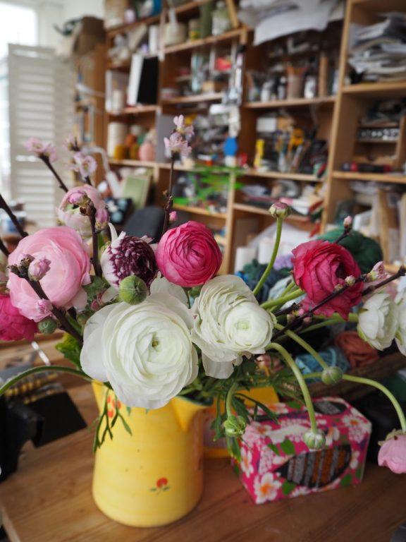 Ranunkeln, Frühlingszeit, Blumen im Atelier