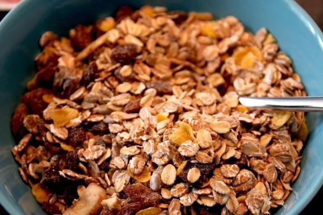 Yapılan bilimsel bir çalışmada aynı kaloride yulaf ezmesi-süt ve süt-şekerli mısır gevreği tüketen iki farklı grup kıyaslandığında yulaf ezmesi tüketenlerin diğer öğünde %30 daha az kalori aldığı saptandı.