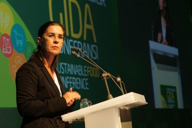 """Birleşmiş Milletler Gıda ve Tarım Örgütü (FAO) Türkiye Üst Düzey Politikalar Sorumlusu Ariella Glinni: """"Mesajımız oldukça net: İklim değişikliği problemini çözmeden, yoksulluk ve açlığı sonlandıramayacağız. Gezegenimizi koruyamayacağız ve herkes için refah sağlayamayacağız."""""""