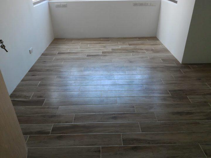 房間貼木紋地磚