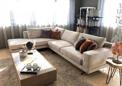 Inrichting ruime woonkamer met hoekbank