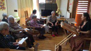 20151025職員のお母様が三味線を弾いてくださいました!4