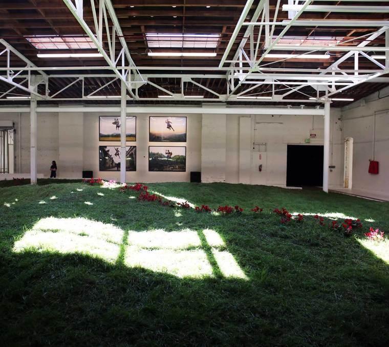 Simon Birch, Garlands, Lily Kwong et KplusK associés, 2016-17. Terre, herbe, fleurs vivantes, acier, bois, balançoires. Vue d'installation. Photo de Gloria Yu.