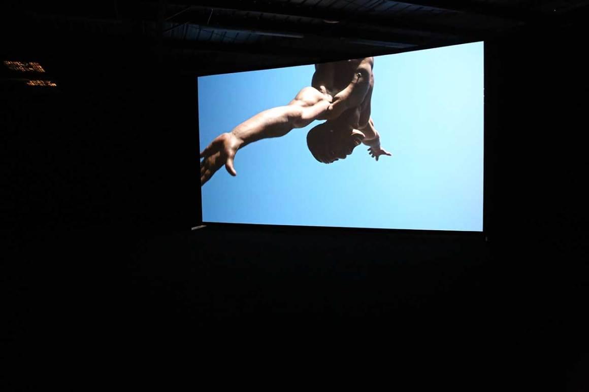 Scott Carthy et Simon Birch, This Brutal House, 2015. Vidéo monocanal. Photo de Gloria Yu.