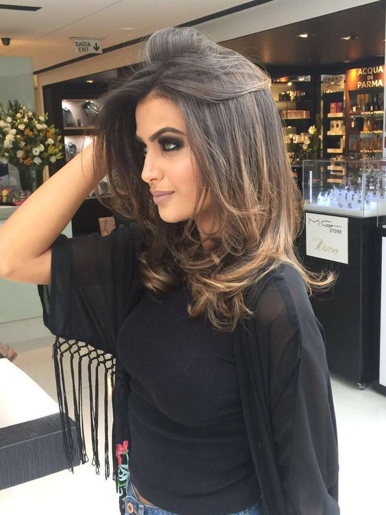 Elegant long hairstyle suitable for middle-aged women
