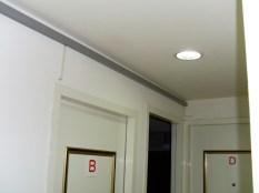 配置線槽及壓條依業主需求穿孔至房間內即可