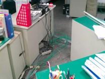 """配置辦公室""""網路"""",地版以弧形壓條保護"""