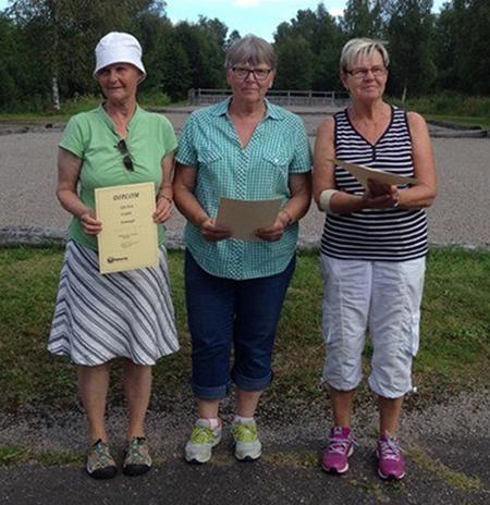 På prispallen i damklassen, klubbmästaren Marianne Eliasson flankerade av t.v tvåan Ann-Christin Björklin och t.h trean Lisbeth Persson.