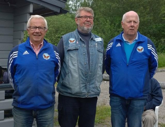 Herrklassens prispall, klubbmästaren Eddy Persson flankerad av t.v. tvåan Egon Ekunger ocj t.h. trean Per-Ola Eliasson.