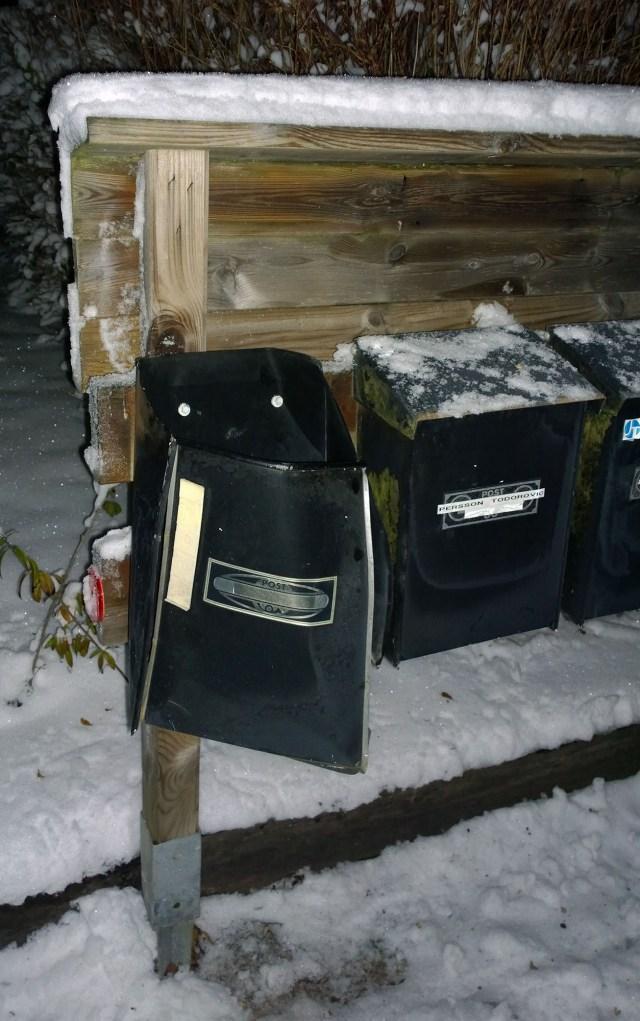 Den sprängda brevlådan som skadades vid 19-tiden på fredagen den 11 november.