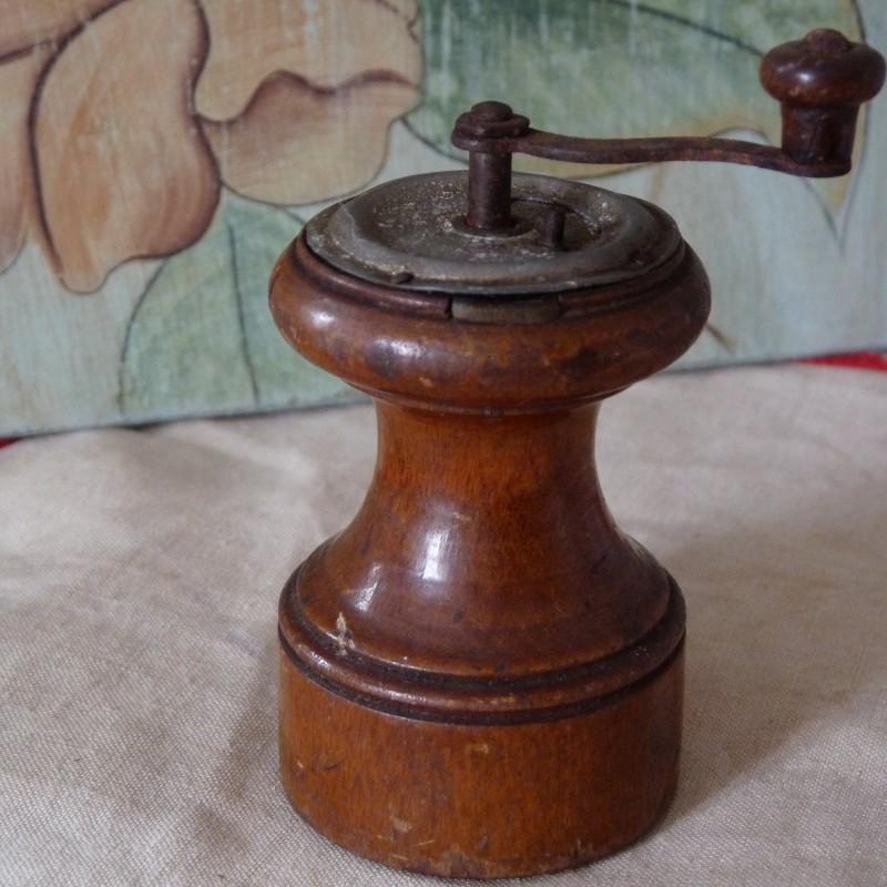 moulin a poivre en bois ancien