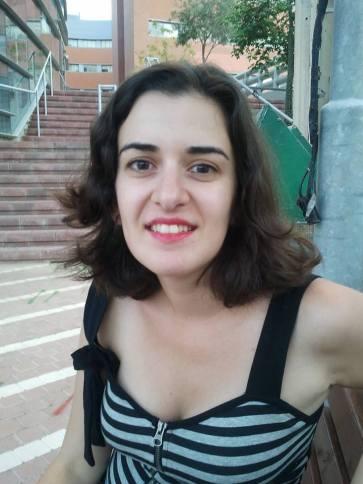 בצילום: אורלי עסיס. ניכר כי היא מגיעה מתחום העיתונאות והתסריטאות − ולטובה
