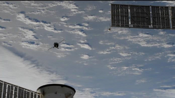 החללית מתקרבת לתחנת החלל