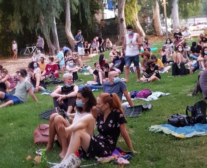 מפגינים בעיגולים על הדשא ב״מפגינים תרבות״
