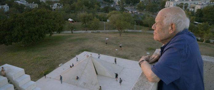 דני קרוון מביט על הכיכר הלבנה, מתוך הסרט התיעודי עליו