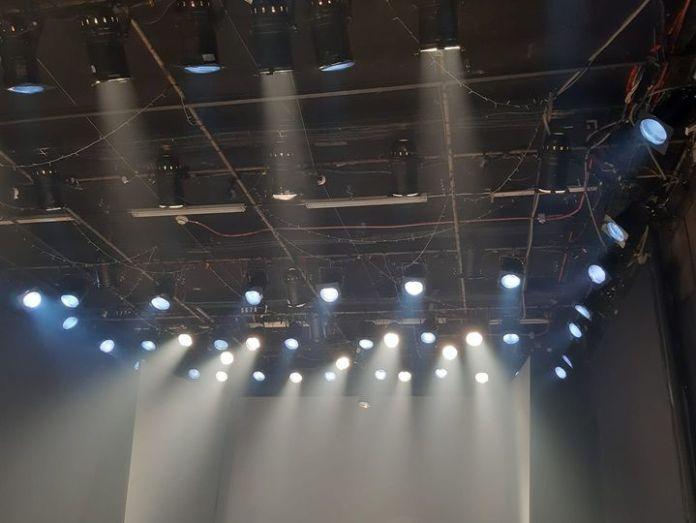 תמונת תאורת האולם. צילום של נדב בושם
