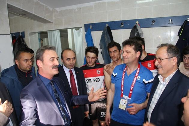 """Maçtan sonra Şalpazarıspor soyunma odasına giden Belediye Başkanı Refik Kurukız, """"Centilmence mücadele edin, yenmek yenilmek önemli değil. Siz bizim gönlümüzün şampiyonusunuz. Biz hep yanınızdayız"""" dedi."""