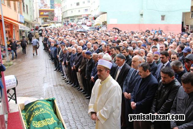 Cenazeye yüzlerce kişi katıldı