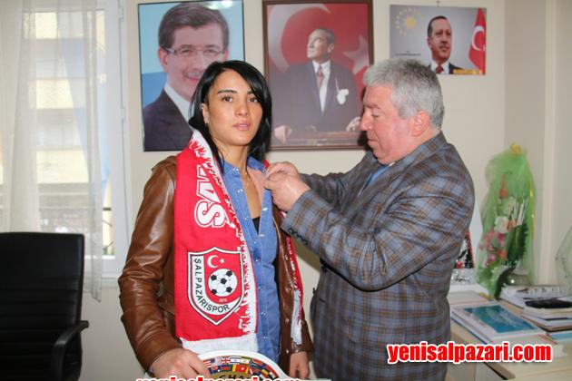 AK Parti Şalpazarı İlçe Başkanı Topkara, Kickboks Şampiyonu Sabriye Şengül'e altın taktı