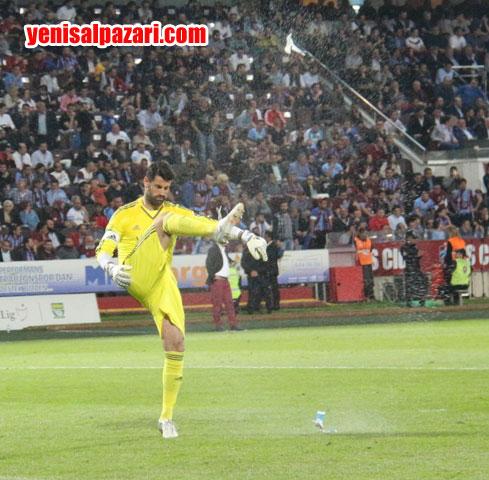 Fenerbahçe kalecisi Volkan, seyircilerin attığı bardak suyu havada patlattı