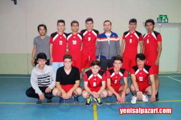 Şalpazarı Ayten Yılmaz Mesleki ve Teknik Anadolu Lisesi Erkek Voleybol Takımı maçtan önce görülüyor
