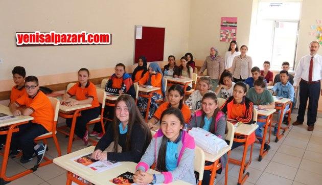 Şalpazarı Anadolu Lisesi Öğrencileri ilk gün okullarına gelerek, 3 aylık hasrete son verdiler