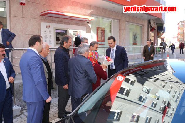 Şalpazarı Belediye Başkanı Refik Kurukız, AK Parti Milletvekili Salih Cora'yı çiçeklerle karşıladı
