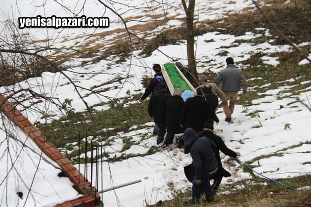 Yahya Özcan'ın cenazesi evinin bahçesindeki aile kabristanlığına patika yoldan güçlükle taşındı