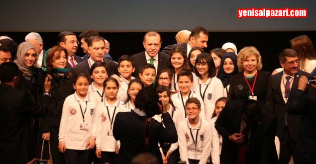 Cumhurbaşkanı Erdoğan programın sonunda çocukları yanına çağırarak fotoğraf çektirdi