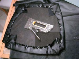 שיפוץ, חידוש ועיצוב של כסא: כך המושב נראה מאחור לאחר מתיחת הבד והידוקו באמצעות אקדח סיכות.