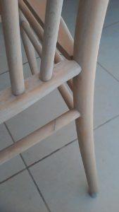 שיפוץ, חידוש ועיצוב של כסא: הכסא משוייף לאחר הדבקת התומכה השבורה