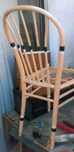 שיפוץ, חידוש ועיצוב של כסא: חלק עליון של המשענת ורגלי הכסא מקבלים את אותו הטיפול