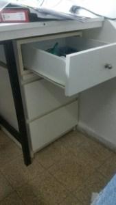 ארונית מתחת לשולחן מימין