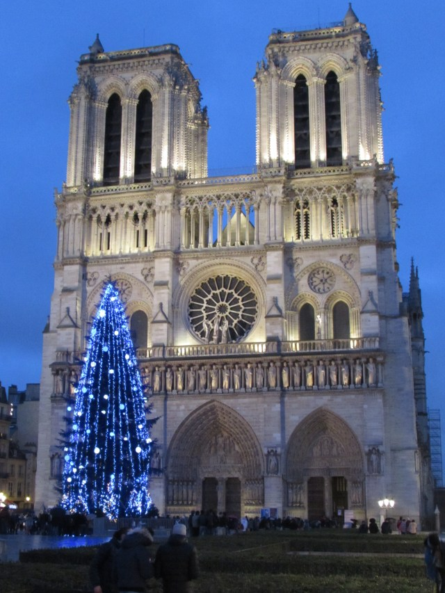 Yesihaveablog | 24 hours in Paris | Notre Dame at Christmas time | Christmas in Paris | Winterlust