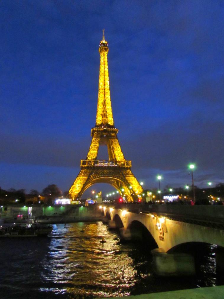 Yesihaveablog | 24 hours in Paris | Eiffel Tower at Christmas | Winter in Europe | Holiday Season | Winterlust
