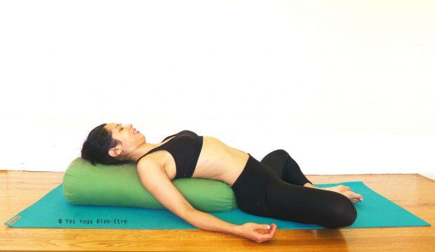 Supta Baddha Konasana la Posture du papillon allongée par Yes Yoga Bien-Etre