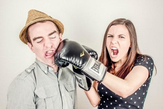 femme mettant un coup de poing à un homme