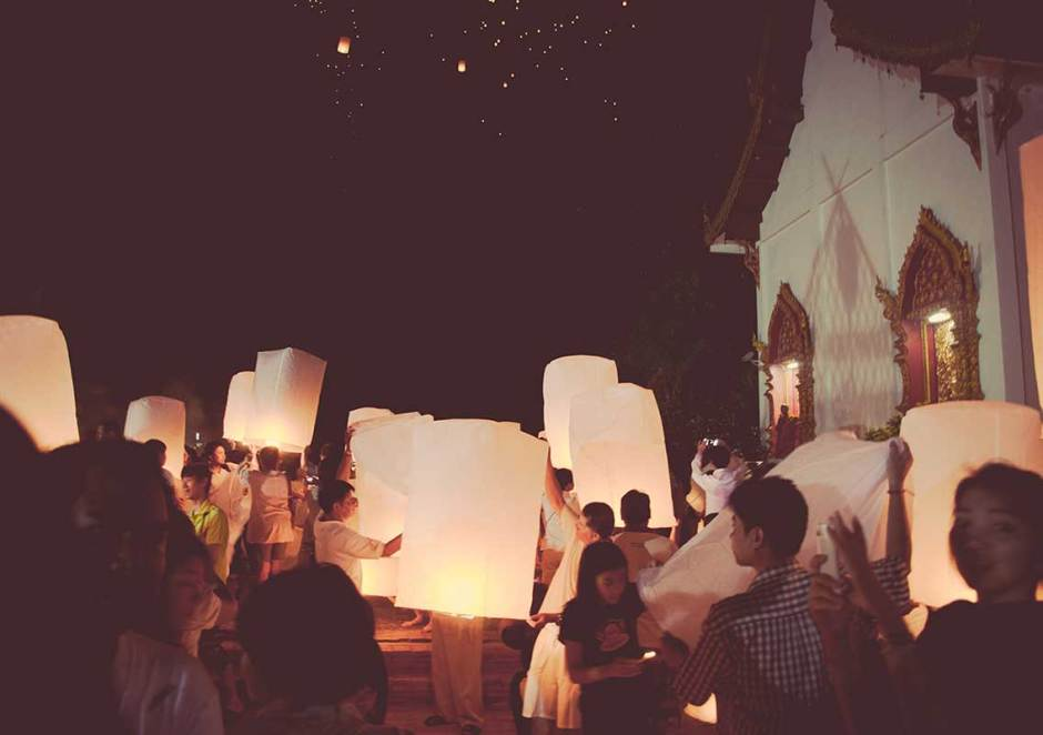 People preparing to release lanterns for good wishes