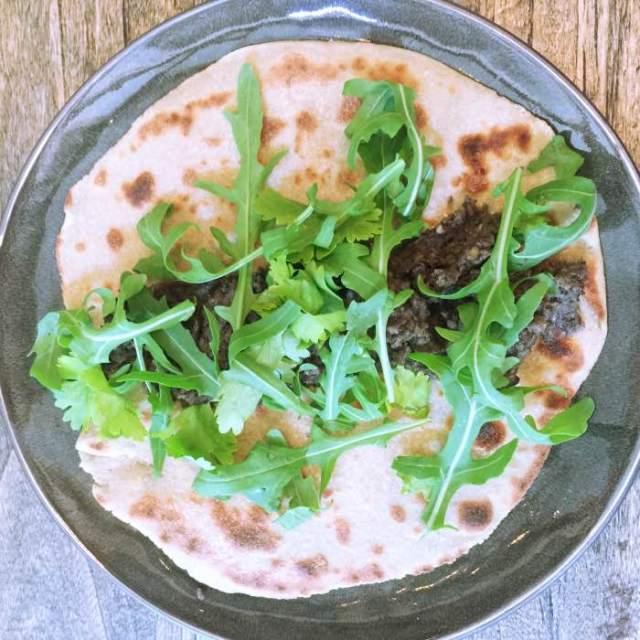 Quinoa wraps met black hummus