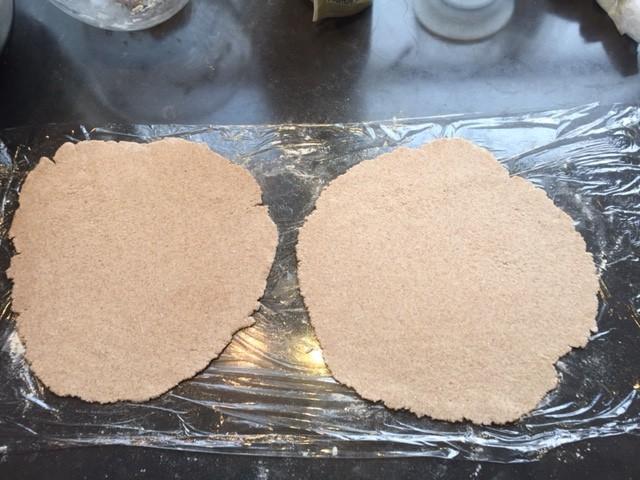 Gezonde pizzabodems van quinoameel en havermeel