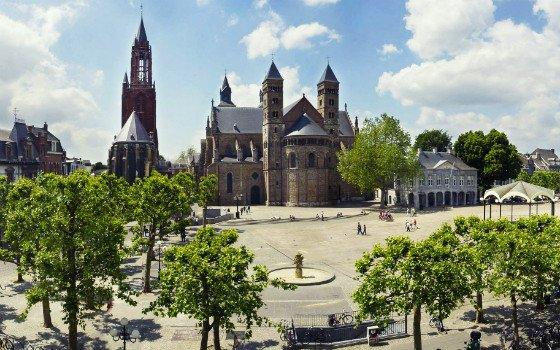 フライトホフ広場からみえる聖セルファース教会.jpg