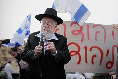 """הרב ליאור בהפגנה הערב. """"אין חפים מפשע"""" (צילום: נועם מושקוביץ)"""