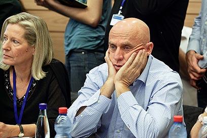"""יוסי ורשבסקי, מנכ""""ל ערוץ 10, אתמול בוועדת הכלכלה (צילום: נועם מושקוביץ)"""