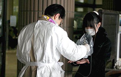 בדיקת קרינה באזור פוקושימה. דעת הקהל מתנגדת אפילו לתוכנית גרעין אזרחית (צילום: בועז ארד)