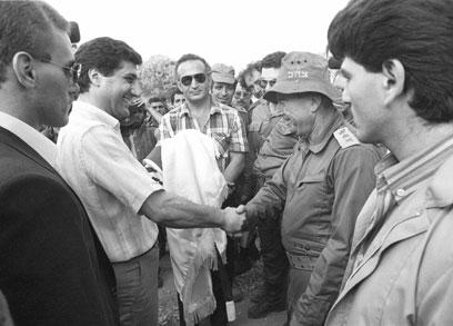 """הרמטכ""""ל איתן נפגש עם מנהיגי הנוצרים ולוחץ יד לבאשיר ג'ומייל, שמונה לנשיא ונרצח (צילום: במחנה)"""