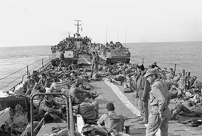 לוחמי חיל הים וכוח חטיבת צנחנים בהפלגה מאשדוד לצידון, לפני הנחיתה ליד שפך נהר האוואלי (צילום: במחנה)