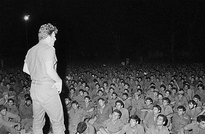 מפקד חטיבה 35 יורם יאיר (יה יה) מתדרך לוחמים (מיקי צרפתי, במחנה)