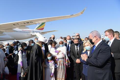 El primer ministro Benjamín Netanyahu da la bienvenida a inmigrantes etíopes.