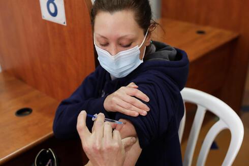 Una mujer es vacunada contra el coronavirus en una clínica en Jerusalem.