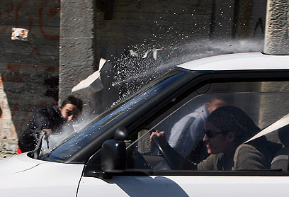 וייס המשיכה בנסיעה, למרות האבנים (צילום: AFP)